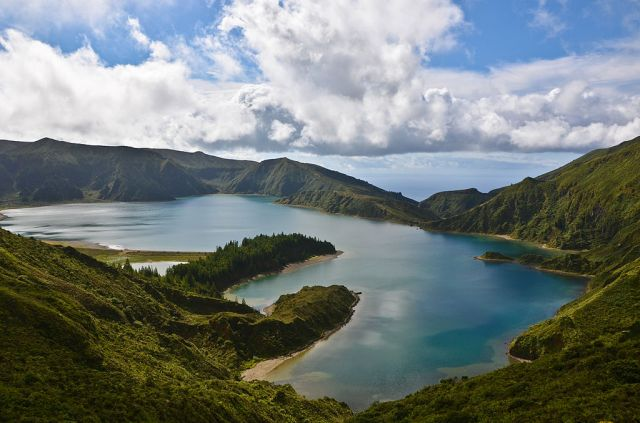1024px-Lagoa_do_Fogo_on_Sao_Miguel_in_the_Azores_of_Portugal_on_the_planet_Earth (1)